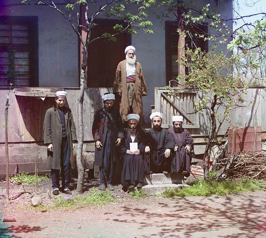 Studenti sjede ispred svoje medrese (vjerske škole) u Semerkandu.
