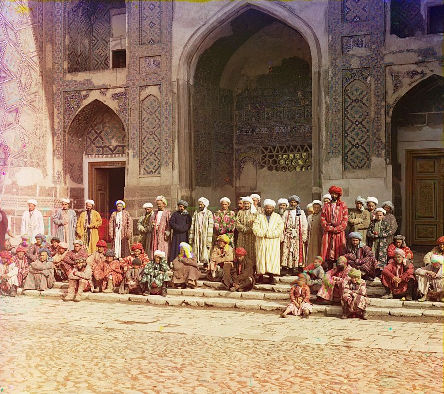 Oni koji vole džamiju, koji u njoj klanjaju i koji je stalno posjećuju, poziraju ispred džamije u Semerkandu.