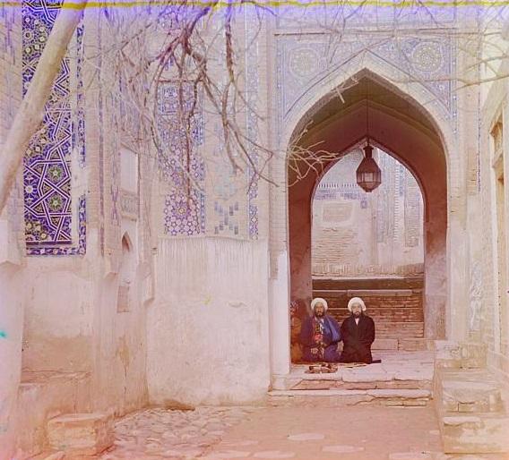 Dvojica muškaraca sjede u džamiji u Semerkandu.