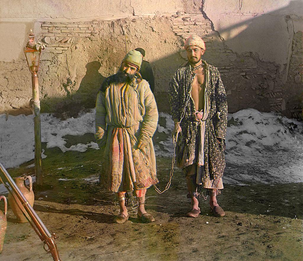 Dva zatvorenika zavezana u lance.