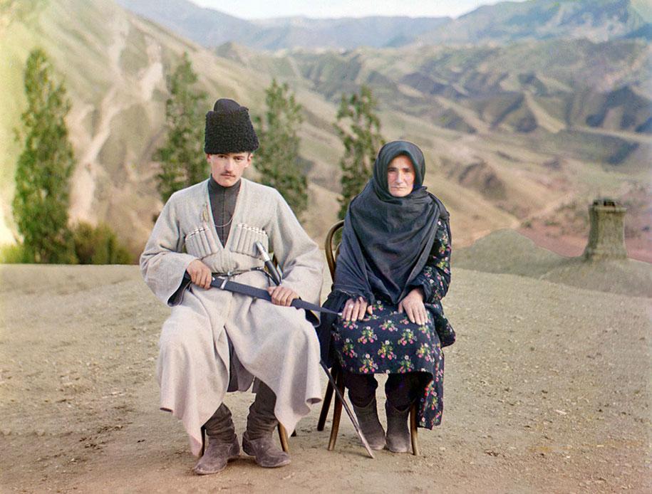 Muž i supruga iz Dagestana poziraju zajedno. U to vrijeme je bilo normalno da muškarci nose mačeve sa sobom.
