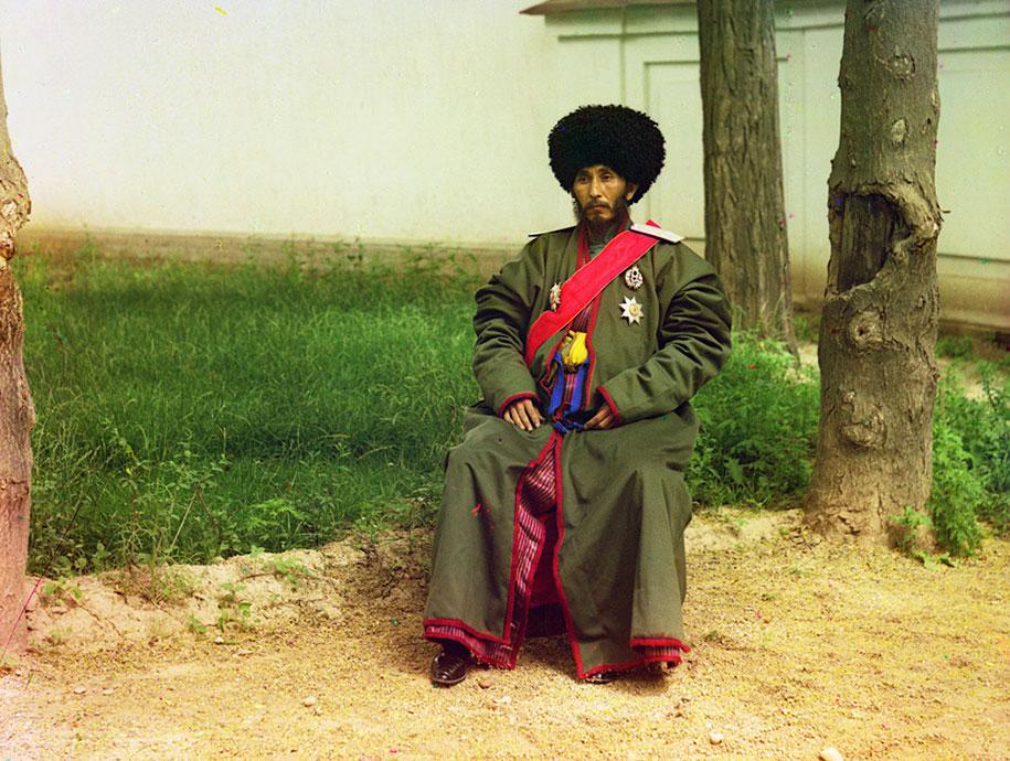 Isfandijar Jurji Bahadur, Kan ruskog protektorana Horezma (Hiva, sada pripada modernom Uzbekistanu) sjedi u vrtu u punoj opremi.