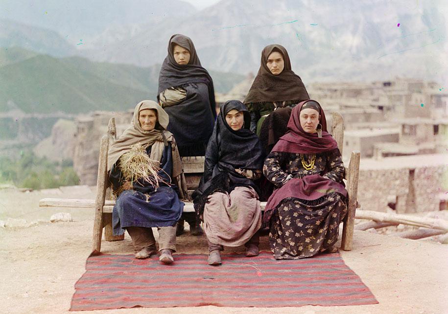 Skupina žena u tradicionalnoj odjeći iz Dagestana.