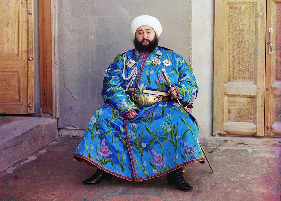 Emir (vladar) Buhare: Alim Kan (1880-1944), svečano pozira za svoj portret. Fotografisano 1911. godine, nedugo nakon njegovog ustoličenja. Kao vladar autonomnog grada-države u islamskoj centralnoj Aziji, emir je predsjedavao svojim emiratom kao apsulutni monarh, i pored činjenice da je Buhara od sredine XIX stoljeća bila vazalna država ruskog carstva. Kada su Sovjeti uspostavili 1920. godine vlast u Buhari, Emir je izbjegao u Afganistan gdje je i preselio na ahiret 1944. godine.