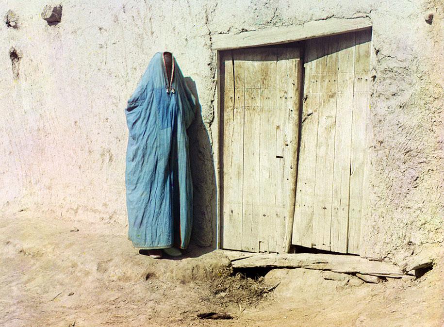 """""""Sart žena"""" u tradicionalnoj odjeći Samarkanda u Uzbekistanu. Sve do ruske revolucije 1917. godine """"Sart"""" je bio naziv za Uzbekistance koji žive u Kazahstanu."""