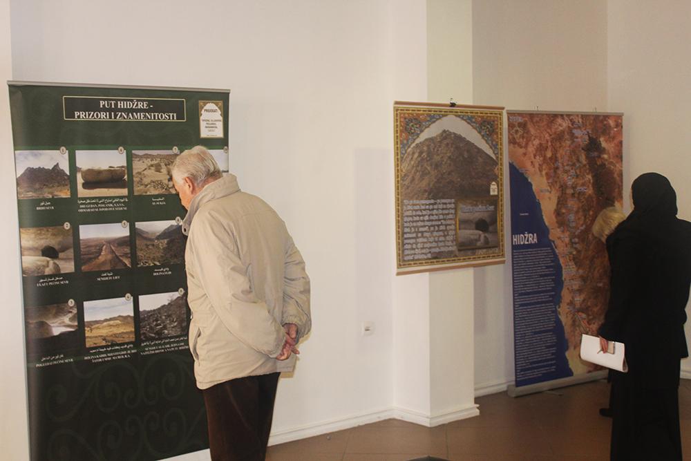 Dedo posmatra dio izložbe.