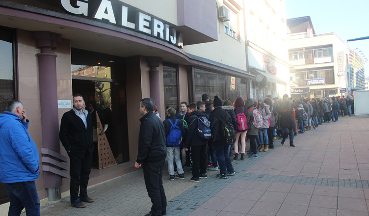 Oko 200 učenika čeka prije radnog vremena da pogledaju izložbu