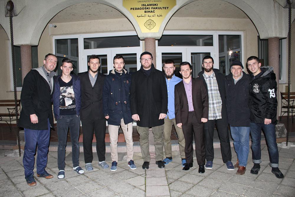 Dr. Esmir Halilović sa grupom naših vrijednih i čestitih domaćina, studenata, sa IPF-a u Bihaću.