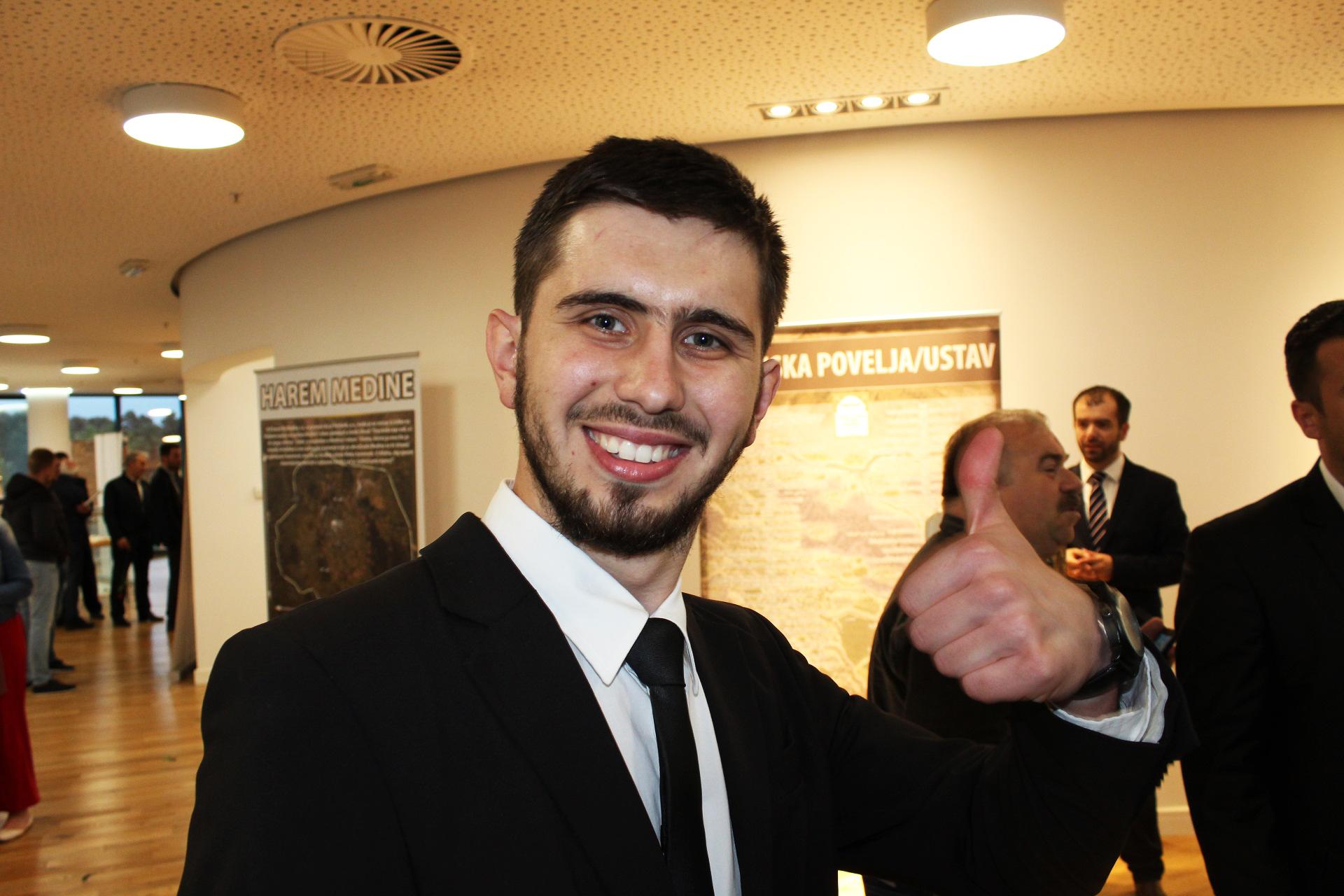 Vodič Harun Hasić je očarao mnoge posjetitelje, kao i posjetiteljke svojim sunnetskim, veselim i prelijepim osmijehom.