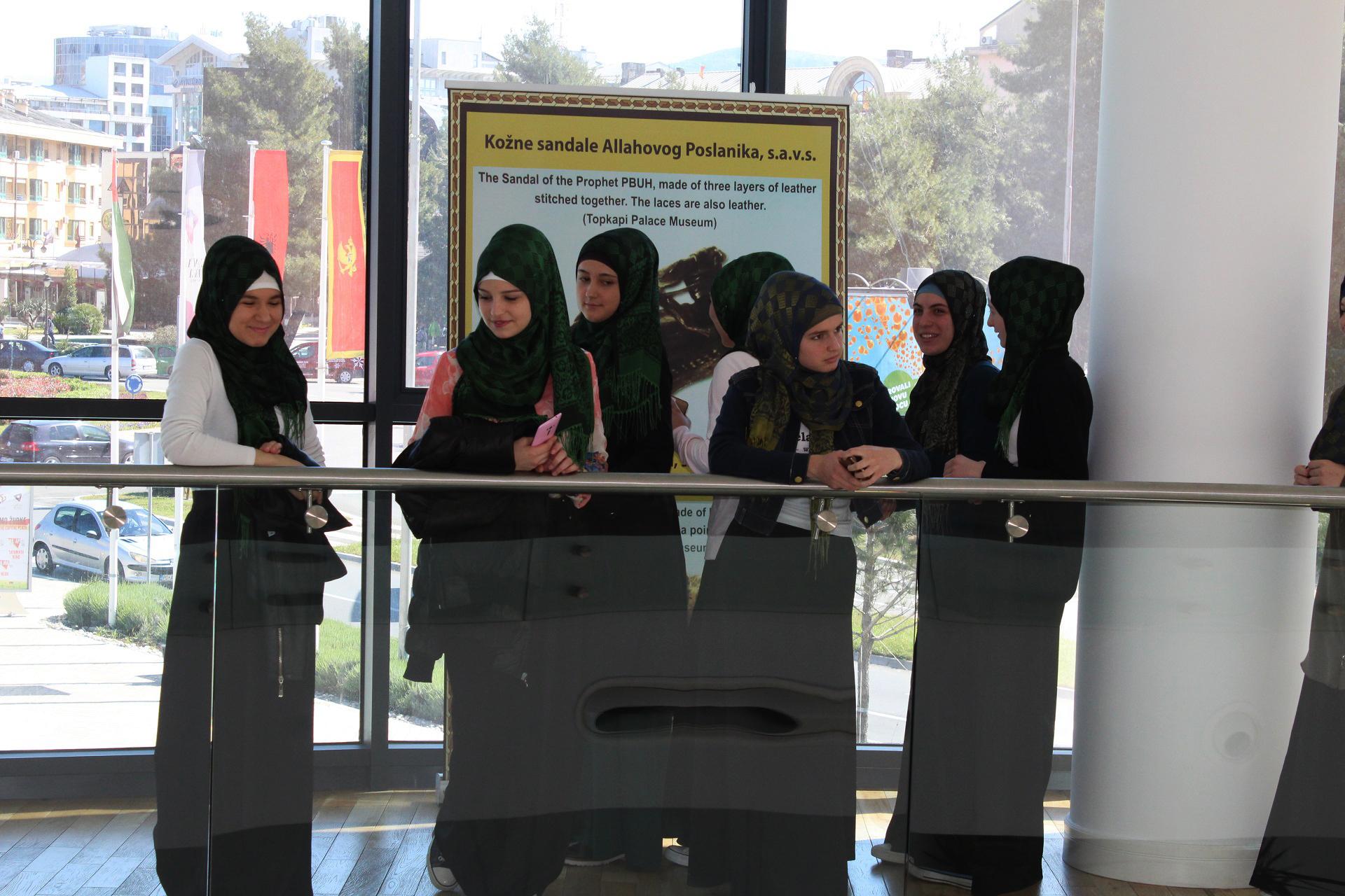 Dio učenica medrese Mehmed Fatih koje su došle da posjete našu Izložbu.