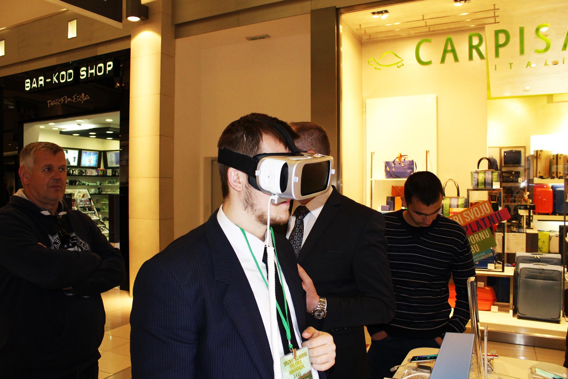 Nakon dugog, jako posjećenog dana ekipa Muzeja Allahovog Poslanika, alejhiselam, se zaputila u obilazak grada. Na slici je vodič Eldar Tutnić koji probava novu tehnologiju VR Headset-a.