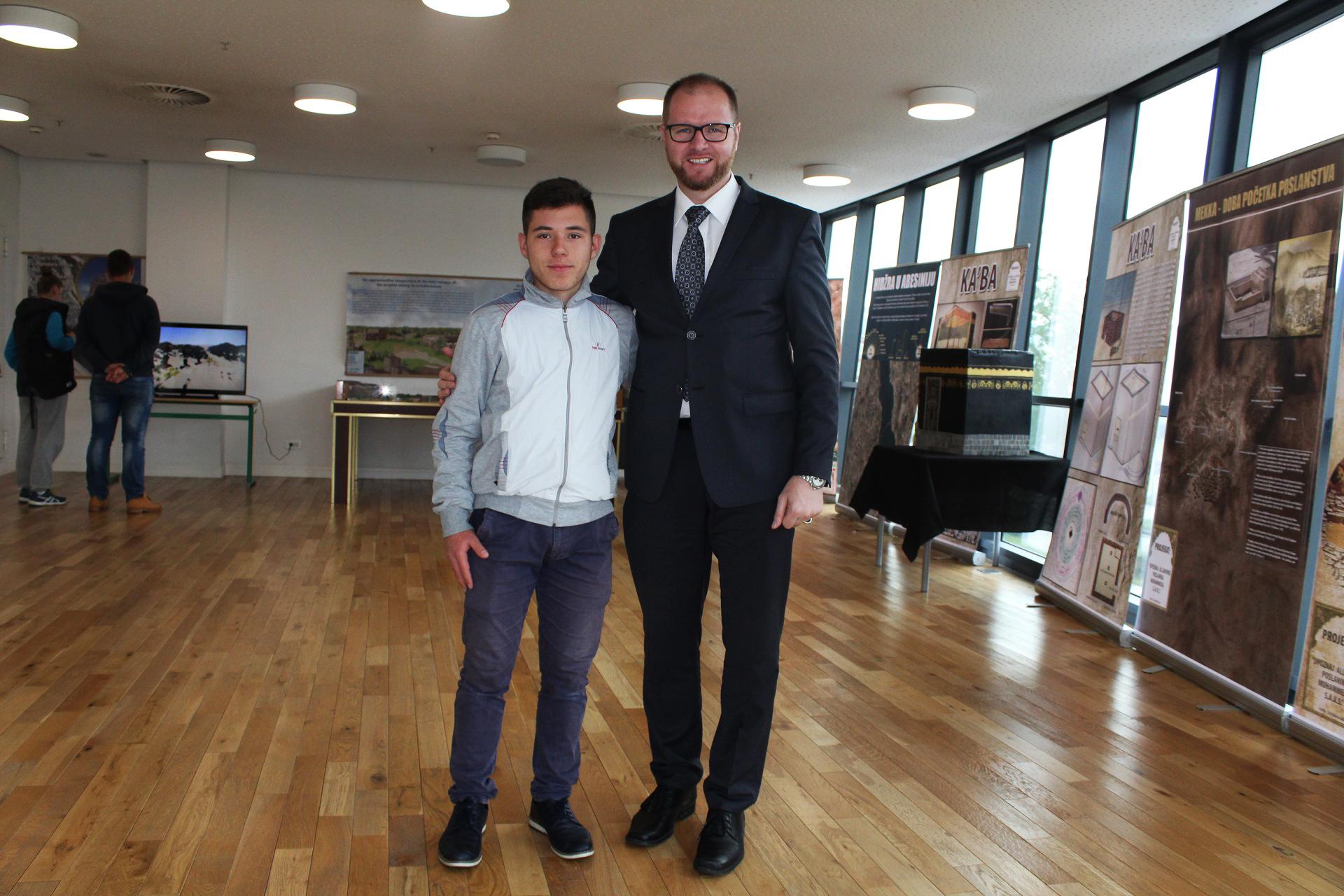 Autor izložbe dr. Esmir Halilovićem sa učenikom medres Mehmed Fatih.